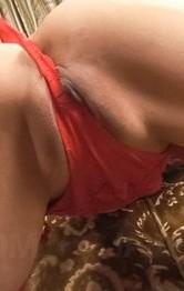 パイパンM女いぶきちゃんが、セクシーな赤のブラ&Tバック、ガーターストッキングで登場。パイパンガン突きでイキまくる!