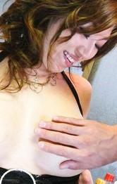 爆乳Hカップ葉月奈穂ちゃんが、キッチンでノンストップの大暴走!M字開脚から指マン責めで潮吹き、イキまくり!
