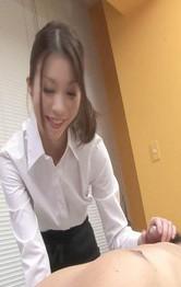 エッチなエステシャンはロリ系美少女児島奈央ちゃん。黒いストッキングで足コキプレイ。笑顔の奈央ちゃんの容赦ない手コキで暴発!