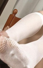 ナースコスチュームの大友愛ちゃんが、手コキ&フェラ。白いストッキングでキュートに足コキプレイ!